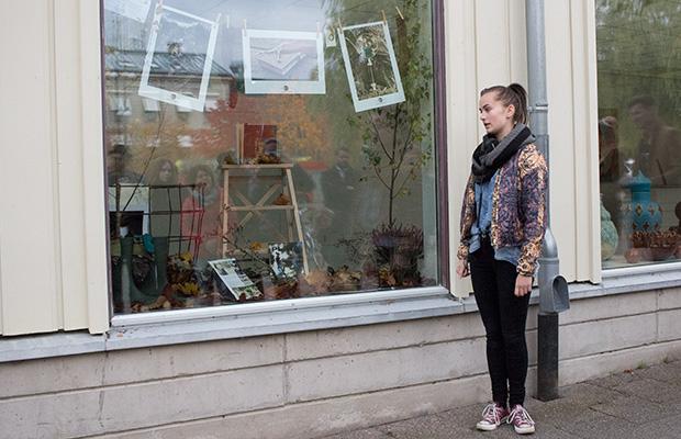 Maeva Eickhoff berättar om sina fotografier utanför sitt skyltfönster